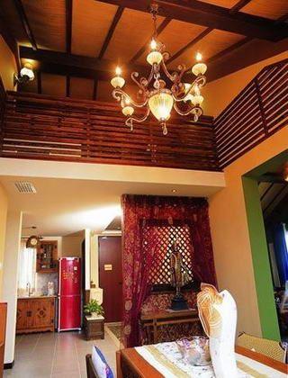 欧式复古风格的吊灯,与天花板的样式相匹配